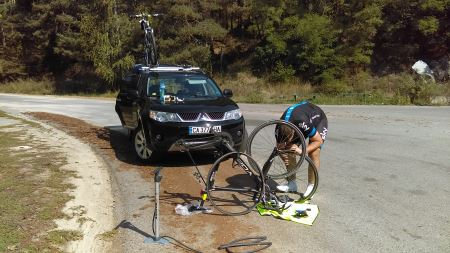 techhuddle-tour-de-bulgaria-sofia-to-thasos-nikola-puncture